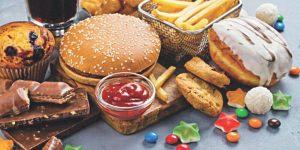 chế độ ăn uống không lành mạnh gây mụn